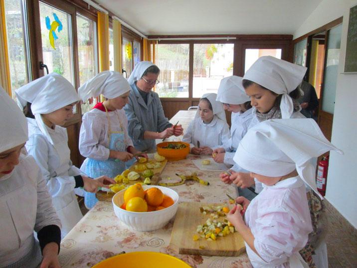"""Sfârșit de an bogat în activități pentru copiii de la Centrul """"Sf. Luigi Scrosoppi"""""""